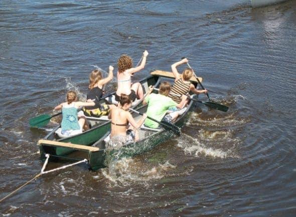 Touwtrekken op het water, onderdeel van de Zeskamp bij Poldersport in De Kwakel. Een echte buitensport locatie