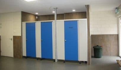 Buiten wordt je vies! Daarom hebben we voldoende voorzieningen om weer fris te worden. Er zijn 2 kleedruimtes met elk 12 gemeenschappelijke douches en 2 douchecabines.